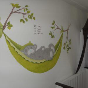 Me2you beertje in hangmat, muurschildering babykamer