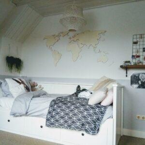 Meiden kinderkamer restyling met houten wereldkaart