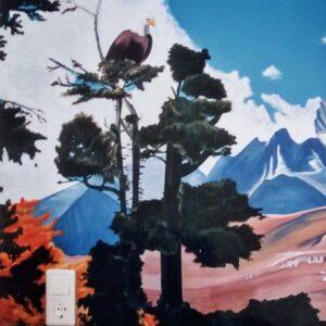 Muurschildering van een arend in de boom
