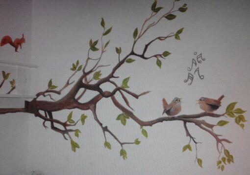 Muurschildering boom met zingende vogeltjes voor in de babykamer of kinderkamer
