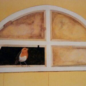 Muurschilderingen van een roodborstje in een gebroken raam