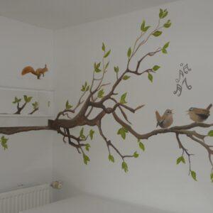 muurschildering babykamer boom met dieren