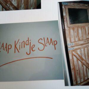 slaap kindje slaap, getekende houten deur