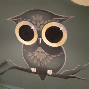 Schattige muurschildering van een uil voor in de babykamer of kinderkamer